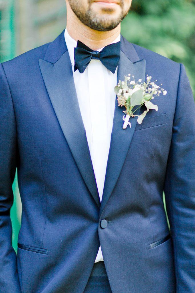 tenue chic du marié, noeud papillon, boutonnière,veste