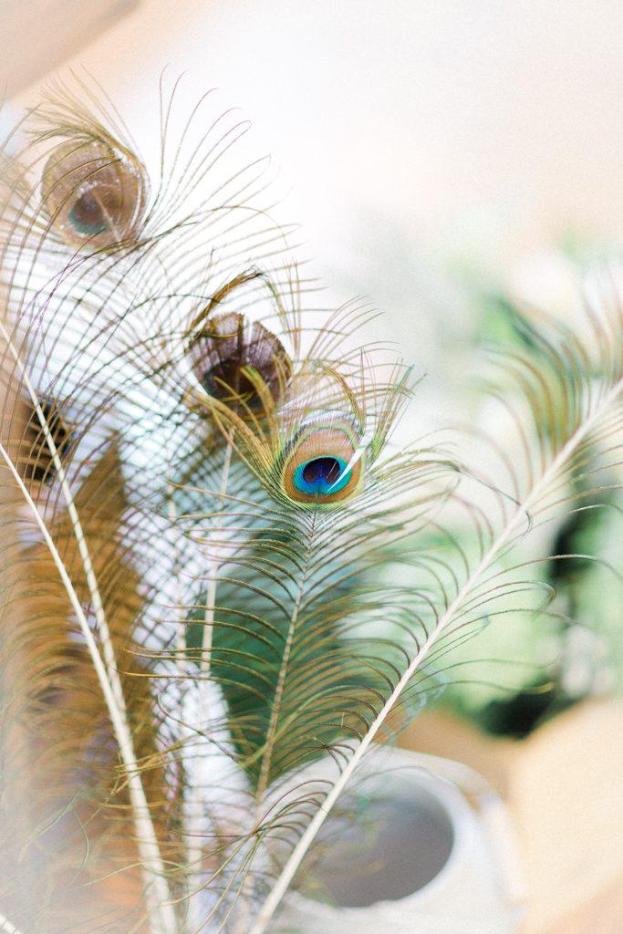 des plumes de paon pour un décor de mariage unique. photo mariage fine art par quarantesixbis