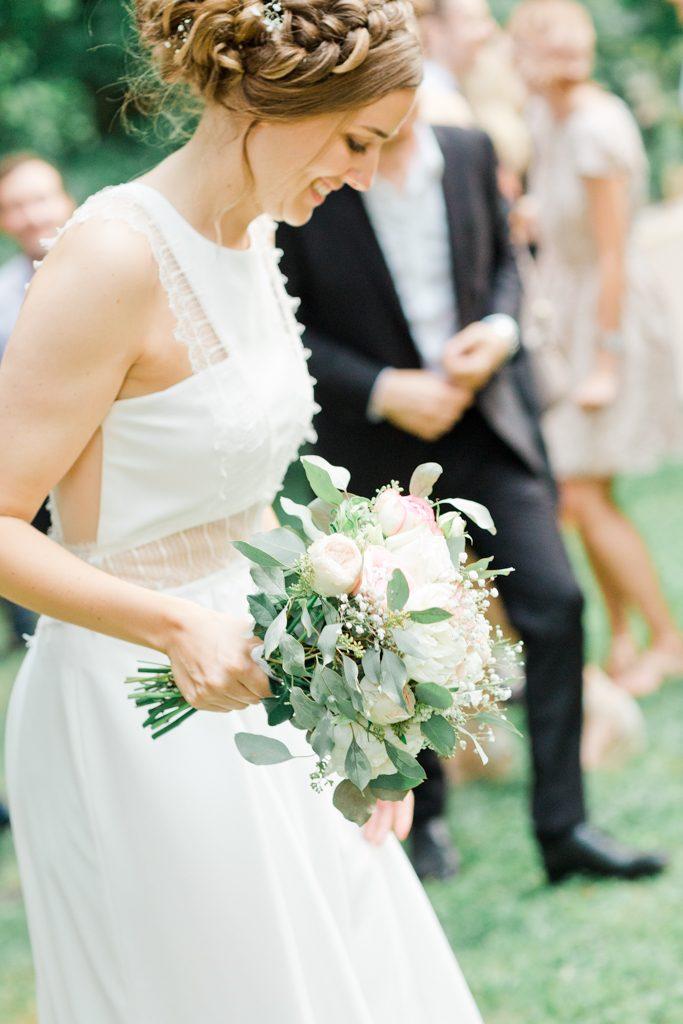 se pépare à lancé son bouquet de mariage