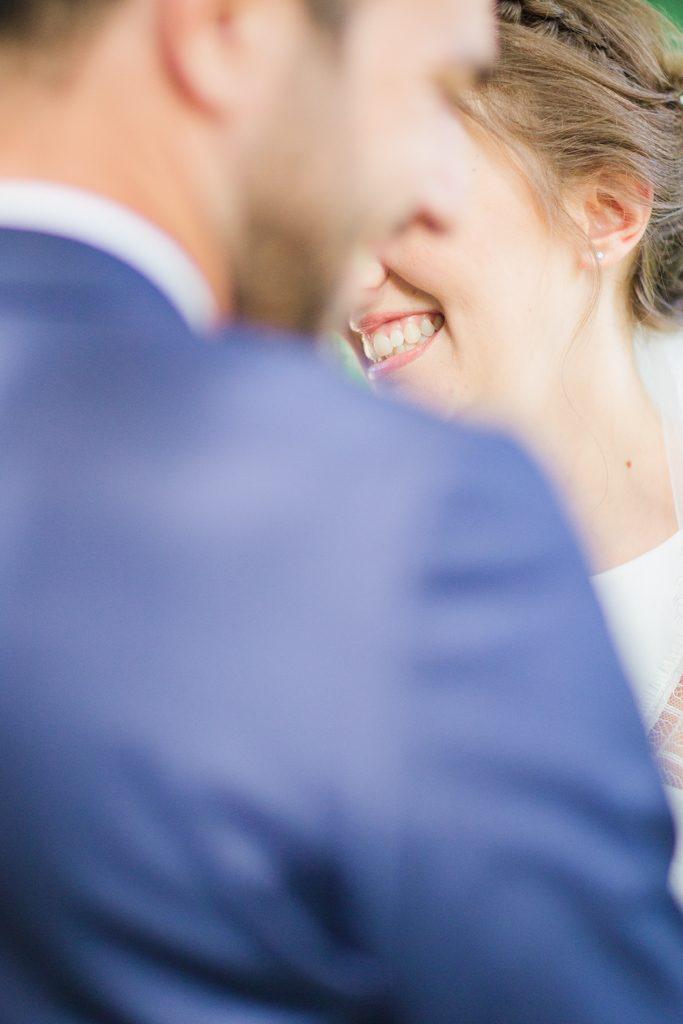 vrai sourire naturel de la mariée photo de couple