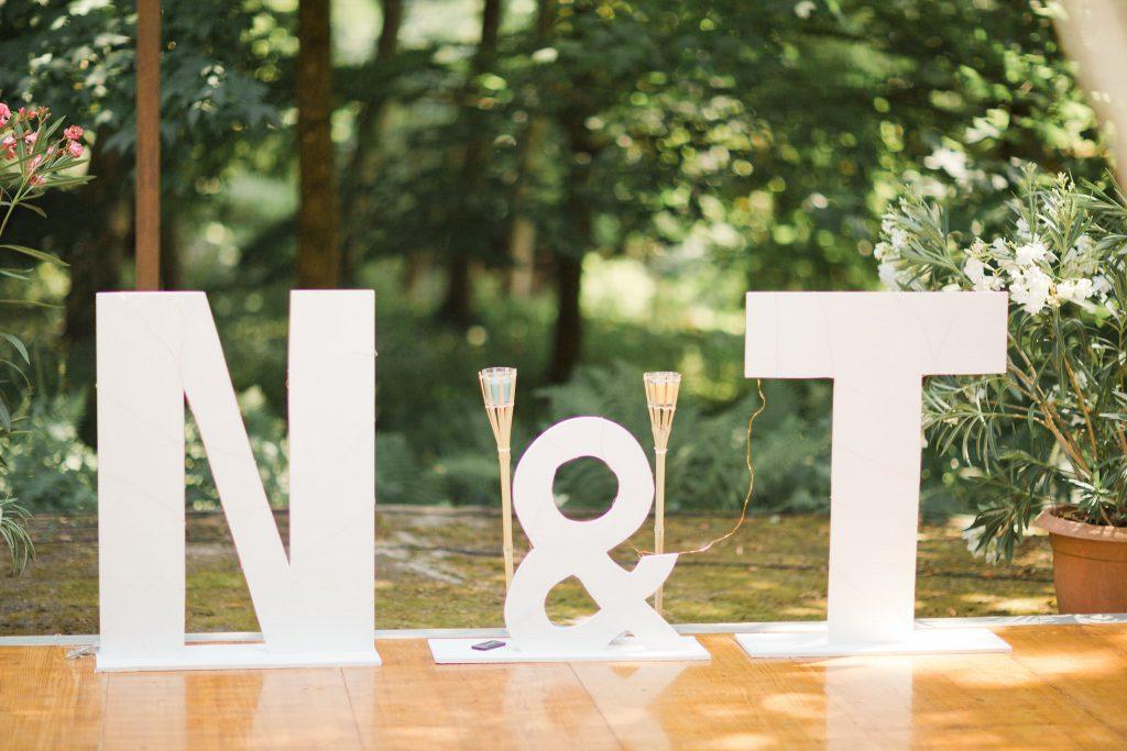 photo Initial des mariés pour un mariage naturel et moderne