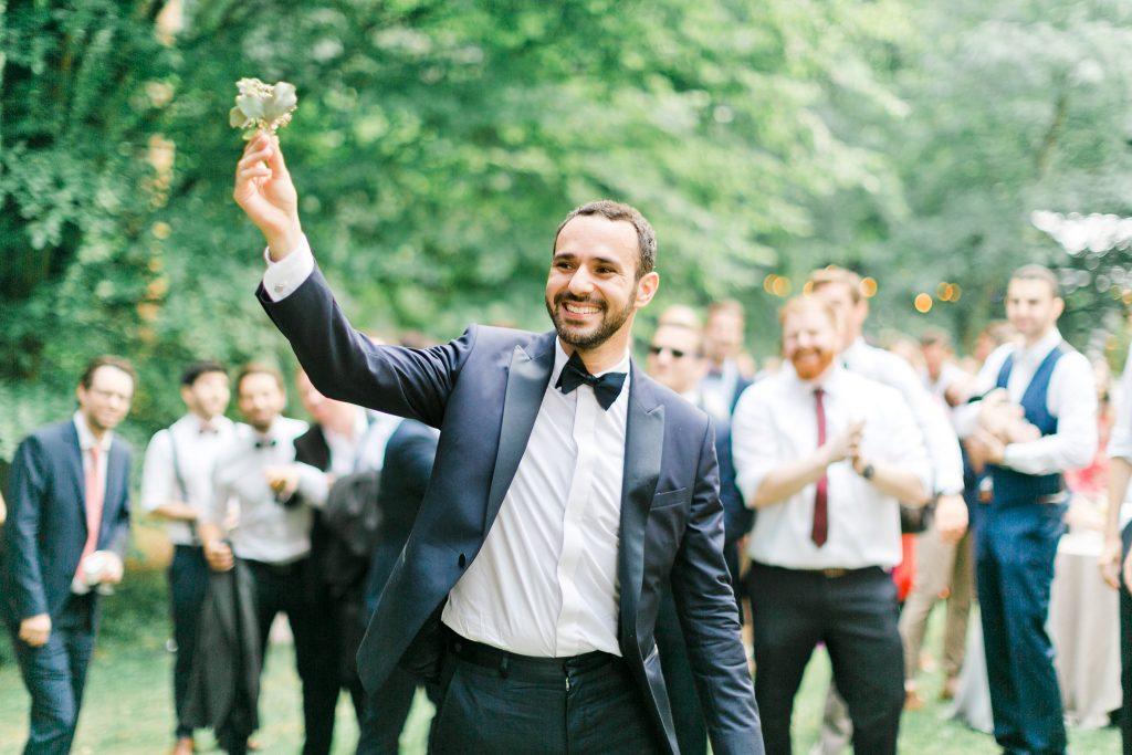 idée lancé de bouquet original du marié dans un mariage champetre
