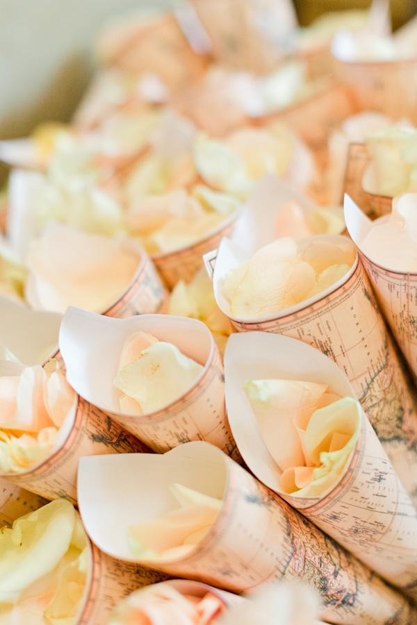 cornet pétales de rose. photographe de mariage Troyes et metz